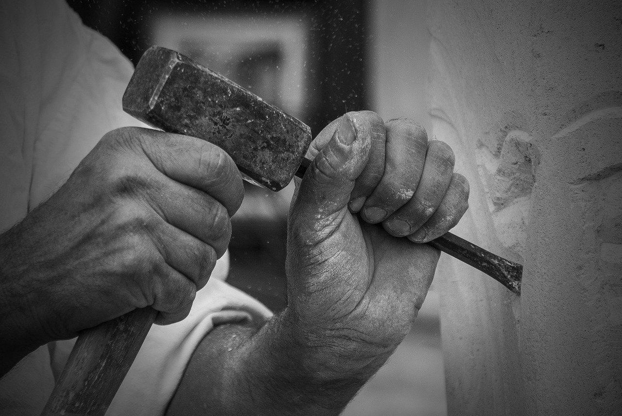 Image of a stonemason at work